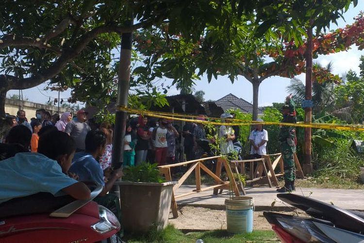 Warga dan wartawan dilarang masuk ke lokasi pesawat tempur TNI jatuh di Kampar, Riau, Senin (15/6/2020).