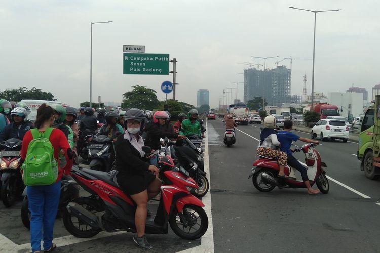 pengedara roda dua masuk ke jalan tol Wiyoto Wiyono, Jakarta Utara, Sabtu (2/8/2020)