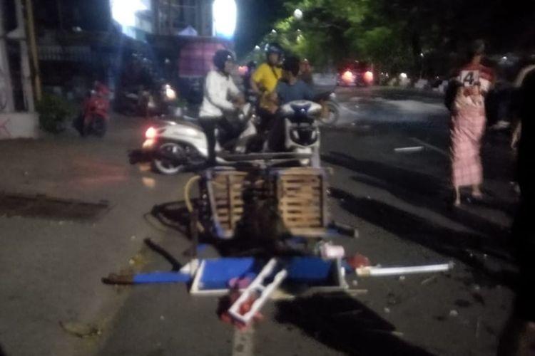 Gerobak bakso milik Rizal (40) yang terpental usai ditabrak oleh orang tak dikenal di Jalan Veteran Selatan, Kecamatan Mamajang, Makassar, Minggu (27/12/2020) malam.