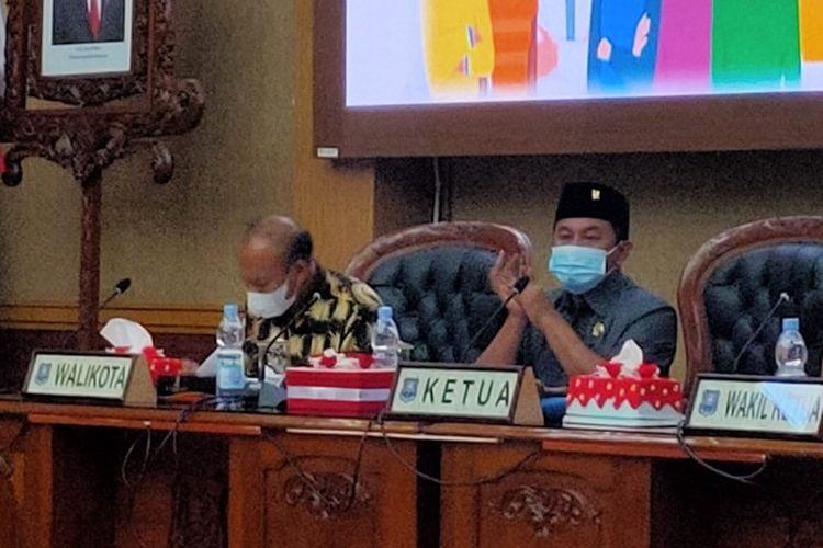 Ketua DPRD Kota Tegal Kusnendro memimpin rapat kerja Badan Anggaran bersama Satgas Penanganan Covid-19 dimana Wali Kota tidak hadir dan diwakilkan Sekda Johardi di Ruang Rapat Paripurna DPRD, Selasa (22/6/2021)