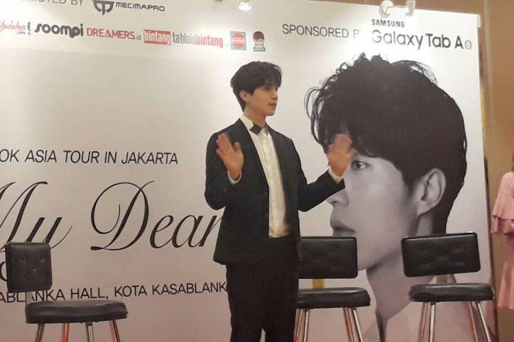 Artis peran Lee Dong Wook saat menghadiri press conference di Kasablanka Hall, Jakarta Selatan, Jumat (19/5/2017). Pemeran Goblin ini juga bertemu dengan puluhan penggemar beruntung yang mendapatkan akses ke jumpa media.