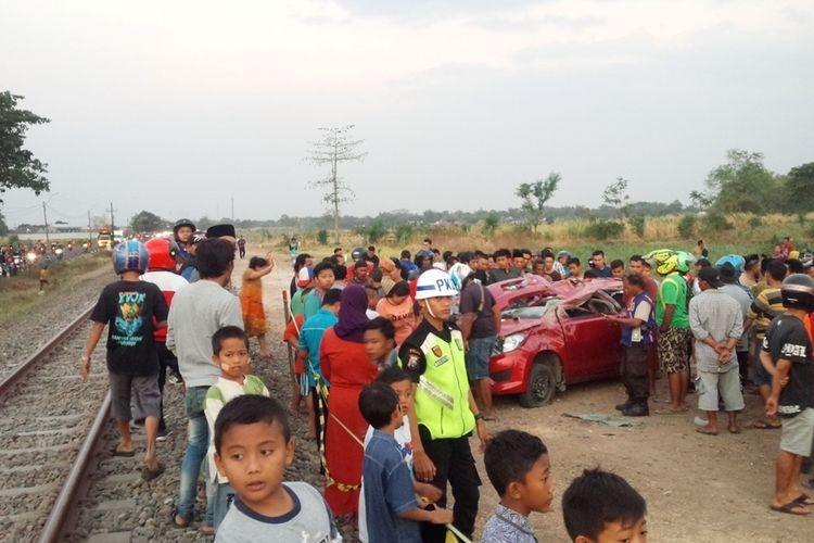 Suasana di lokasi kejadian pascatertabraknya mobil Datsun GO Panca oleh Kereta Api yang melintas hingga 4 orang penumpang mobil tewas, Kamis (12/9/2019) petang.
