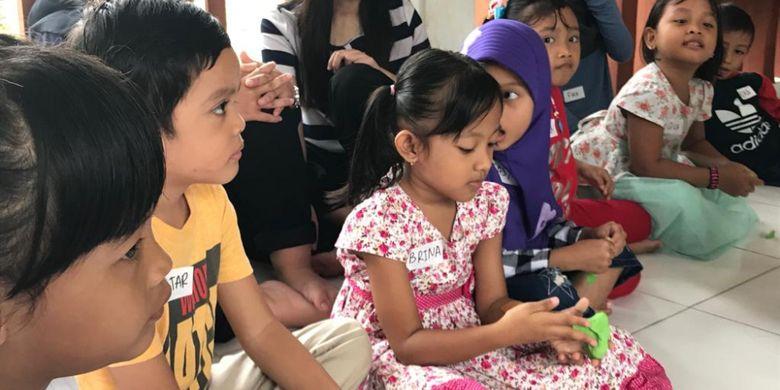 Anak-anak di RPTRA Akasia, Tebet yang bermain playdoh dalam acara Once Upon a Child, kolaborasi Matahari Kecil dan AIESEC Universitas Trisakti, Sabtu (16/2/19)