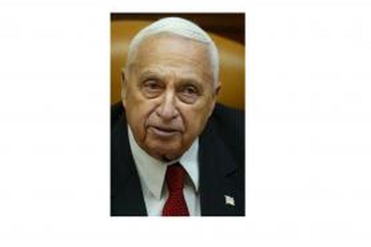 Ariel Sharon. Gambar diambil dalam pertemuan kabinet Israel pada 1 Januari 2006. Tiga hari kemudian, 4 Januari 2006, Sharon terserang stroke dan jatuh koma sampai saat ini.