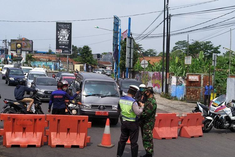Petugas melakukan penyekatan batas wilayah saat pemberlakuan PSBB di Kota Tasikmalaya.