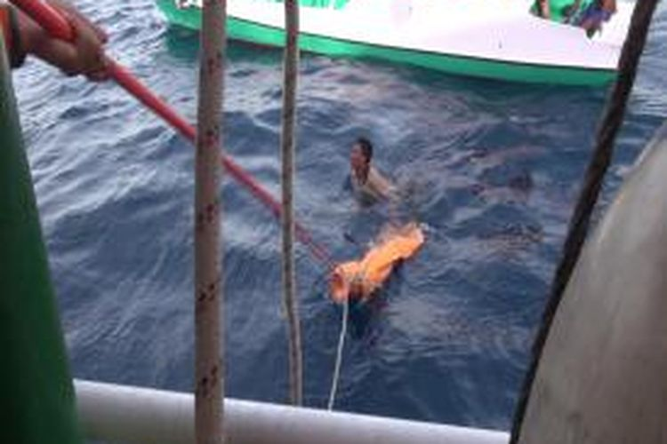 Evakuasi mayat korban kapal Jabal Nur yang karam oleh Basarnas dan nelayan pulau Raas.
