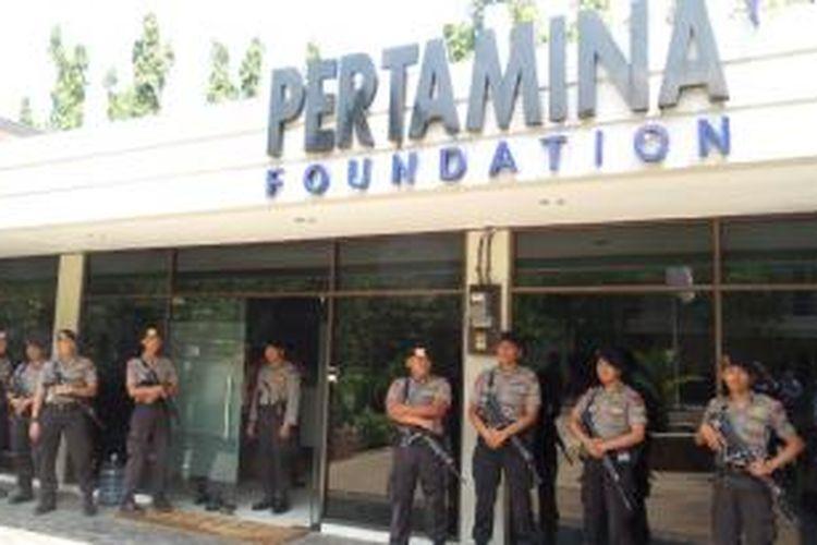 Personel Brimob Polri menjaga kantor Pertamina Foundation di bilangan Simprug, Kebayoran Lama, Jakarta Selatan, Selasa (1/9/2015). Penggeledahan terkait kasus dugaan korupsi.