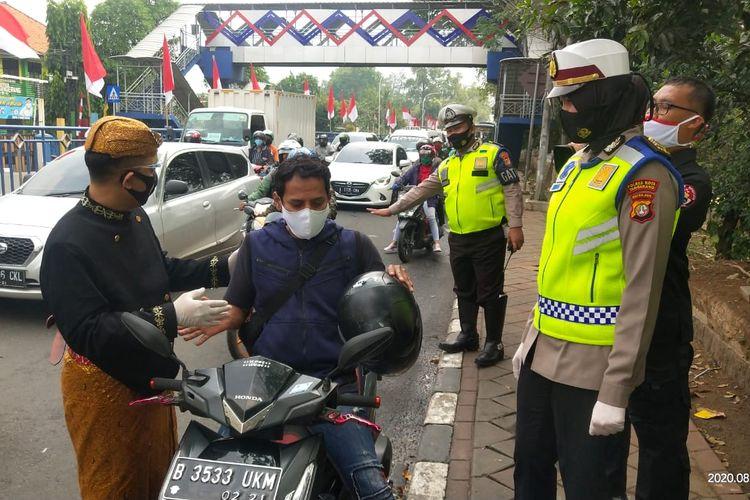 Satlantas Polres Metro Tangerang Kota melakukan sosialisasi penggunaan masker di Kota Tangerang, Selasa (18/8/2020)