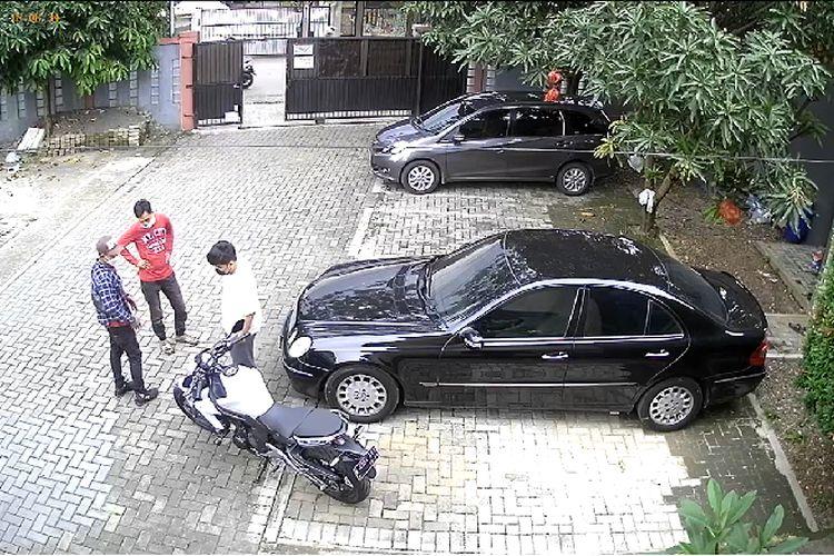Seorang pria membawa kabur sebuah motor di kawasan Ciganjur, Jagakarsa, Jakarta Selatan pada Rabu (5/5/2021) sore.