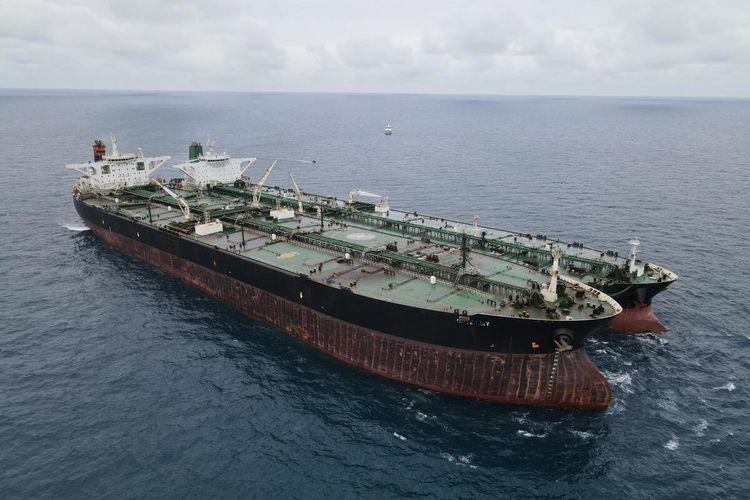 Badan Keamanan Laut (Bakamla) RI mengamankan dua kapal berjenis motor tanker (MT) yang diduga melakukan transfer bahan bakar minyak (BBM) ilegal di ujung perairan Kepulauan Riau (Kepri) yang berbatasan langsung dengan perairan Pontianak, Minggu (24/1/2021).