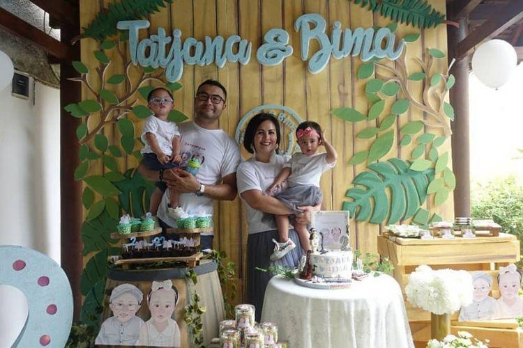 Cynthia Lamusu bersama suaminya aktor Surya Saputra dan kedua buah hatinya, Tatjana dan Bima.
