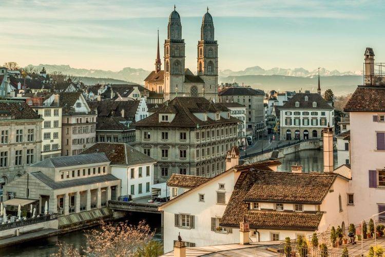 Tempat wisata di Swiss - Pemandangan area Old Town di Zurich.