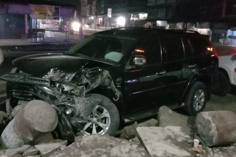 Mobil Pajero Sport dengan nomor BK 1922 NR yang ditumpangi Wakil Bupati Aceh Tamiang, Insyafuddin menabrak trotoar di lintas nasional tepatnya Desa Keude Lhok Nibong, Kecamatan Pante Bidari, Kabupaten Aceh Timur, Selasa (18/3/2020) dinihari.