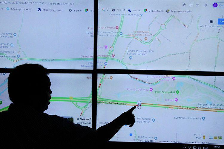 Petugas Komunikasi dan Informasi Tol mengamati arus mudik kendaraan melalui layar kamera Closed Circuit Television (CCTV) pemantau lalu lintas di Km 48 exit Tol layang Jakarta-Cikampek II, di Kantor Cabang Tol Jakarta-Cikampek, Bekasi, Jawa Barat, Selasa (24/12/2019). Menurut Petugas Komunikasi dan Informasi Jasa Marga pantauan arus mudik pada H-1 Hari Raya Natal yang melintasi jalan Tol Layang Jakarta-Cikampek II dari Jakarta sejak pukul 06.00-14.00 Wib, mencapai 4.569 kendaraan.