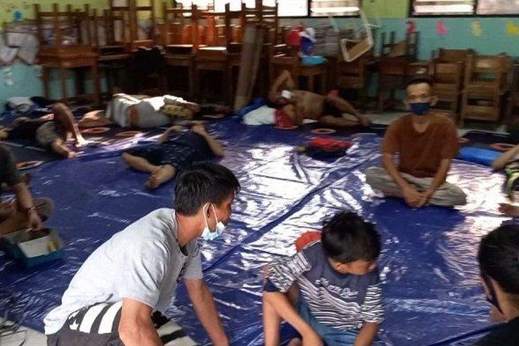 RT 14/RW 05 Kebon Kosong, Kemayoran, diungsikan ke gedung SDN 09 akibat kebakaran yang menghanguskan rumah mereka pada Minggu (29/8/2021).
