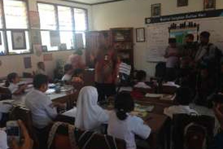 Wali kota Semarang Hendrar Prihadi mengajar di kelas SD tempat Daffa belajar, Rabu (20/4/2016). Hendrar memberi semangat agar mereka menjadi siswa berprestasi dan pemberani. Dia juga memberikan hadiah sepeda kepada Daffa.