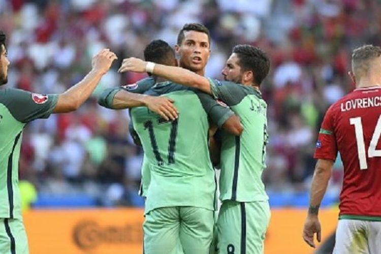 Cristiano Ronaldo merayakan gol Portugal ke gawang Hungaria pada laga pamungkas Grup F Piala Eropa 2016, Rabu (22/6/2016).