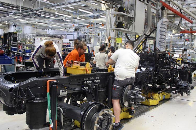 Sejumlah pekerja merakit truk di pabrik Scania di Sodertalje, Swedia. Sejumlah konsumen Scania dari Indonesia diundang ke pabrik itu pada 26 April lalu.
