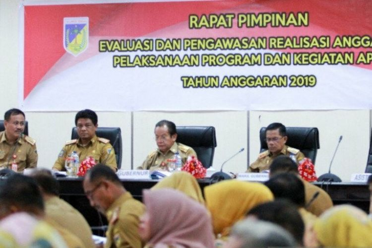 Gubernur Sulawesi Tengah Longki Djanggola (ke dua dari kanan) didampingi Wakil Gubernur Rusli Dg Palabbi (kanan) saat memimpin rapat evaluasi dan pengawasan realisasi APBD 2019 di Palu, Selasa (28/1/2020).