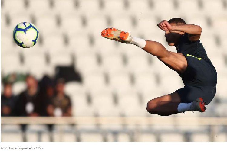 Penyerang timnas Brasil, Richarlison, beraksi pada sebuah sesi latihan di Porto, Portugal, pada Maret 2019.