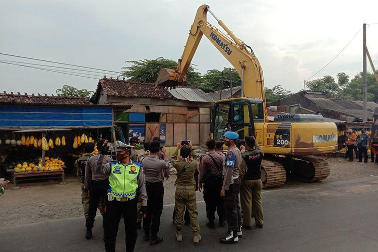 Petugas gabungan membongkar paksa bangunan karaoke liar di sepanjang Jalan Raya Demak - Kudus dengan menggunakan alat berat, Selasa (2/6/2020)
