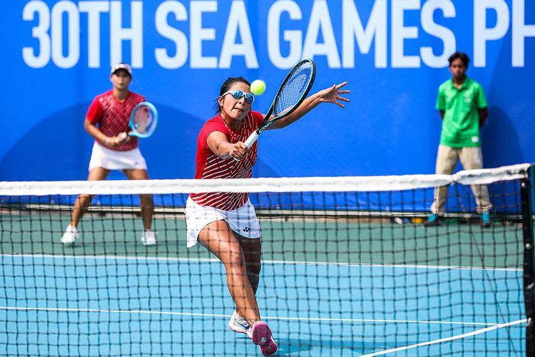 Pasangan ganda putri timnas tenis Indonesia, Beatrice Gumulya (kiri) dan Jessy Rompies (kanan), saat melawan pasangan dari Thailand, Peangtarn Plipuech/Tamarine Tanasugarn di Rizal Memorial Tennis Centre, Manila, Filipina, Sabtu (7/12/2019). Beatrice/Jessy meraih medali emas ganda putri pada SEA Games 2019, dengan mengalahkan unggulan kedua dari Thailand, Peangtarn Plipuech/Tamarine Tanasugarn, 6-3, 6-3.