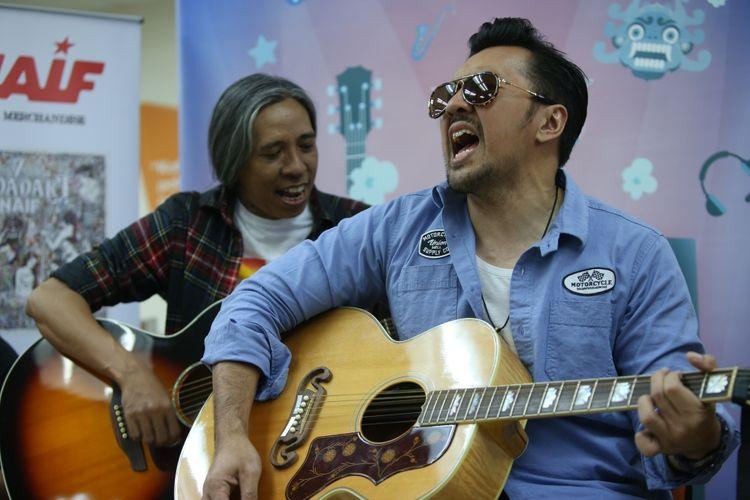 Penampilan  Naif di Gedung Kompas Gramedia, Palmerah Selatan, Jakarta, Senin (30/10/2017). Kehadiran Naif di Kantor Kompas.com untuk mempromosikan album terbarunya yang diberi nama 7 Bidadari Naif.