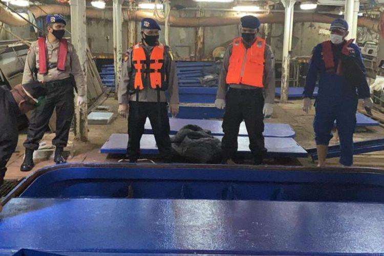 Dua kapal ikan nelayan milih negara China yang mempekerjakan nelayan WNI diamankan patroli gabungan di perairan Batu Cula, Selat Philip, Belakang Padang, Batam, Kepulauan Riau (Kepri) Rabu (8/7/2020). Mirisnya saat dilakukan pemeriksaan oleh personil patroli gabungan, ditemukan jenazah pekerja WNI atas nama Hasan Afriadi asal Lampung, yang disimpan di dalam peti pendingin ikan atau freezer Kapal Lu Huang Yuan Yu 118 berbendera China.