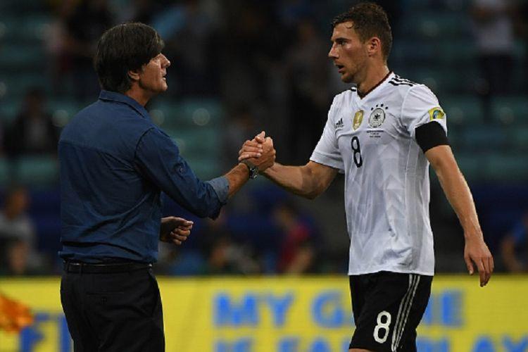 Pelatih timnas Jerman Joachim Loew menyelamati gelandang Leon Goretzka yang mencetak satu gol ke gawang Australia pada pertandingan Grup B Piala Konfederasi 2017 di Sochi, Senin (19/9/22017).
