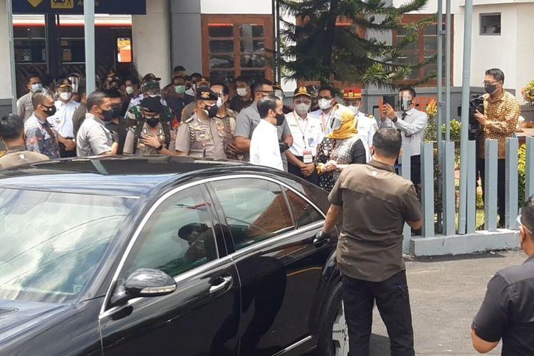 Presiden Jokowi tiba di Stasiun Klaten seusai menjajal layanan KRL Yogyakarta-Solo, Senin (1/3/2021).