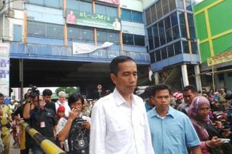 Untuk kesekian kalinya, Gubernur DKI Jakarta Joko Widodo meninjau Pasar Tanah Abang, Selasa (20/8/2013). Jokowi meninjau lapangan terkait kesiapan pembangunan jembatan penghubung antarblok di kawasan itu.