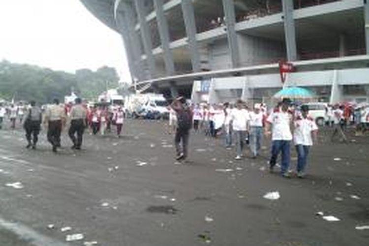 Halaman Stadion Gelora Bung Karno dipenuhi sampah sesuai kampanye Partai Gerindra, Minggu (23/3/2014).