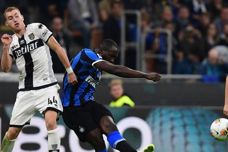 Pemain depan Inter Milan Belgia Romelu Lukaku saat berhadapan dengan Dejan Kulusevski selama pertandingan