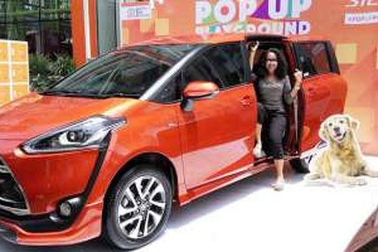 Nisye Veronica bersama Toyota Sienta