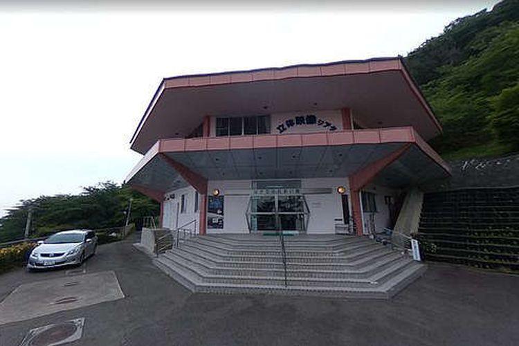 Tangkap layar bangunan laboratorium penelitian yang didedikasikan untuk fenomena yang tidak dapat dijelaskan (UFO) di dekat lokasi bencana nuklir Fukushima.