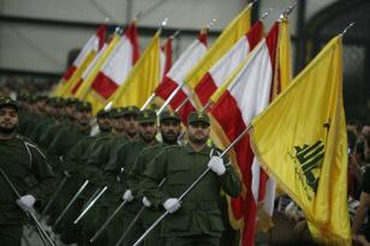 Pejuang Hezbollah dalam sebuah parade.
