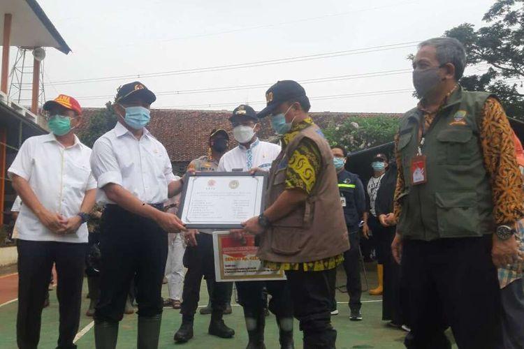 Menko PMK menyerahkan bantuan bagi korban bencana longsor di Cimanggung, Sumedang, Jawa Barat, Kamis (14/1/2021). AAM AMINULLAH/KOMPAS.com