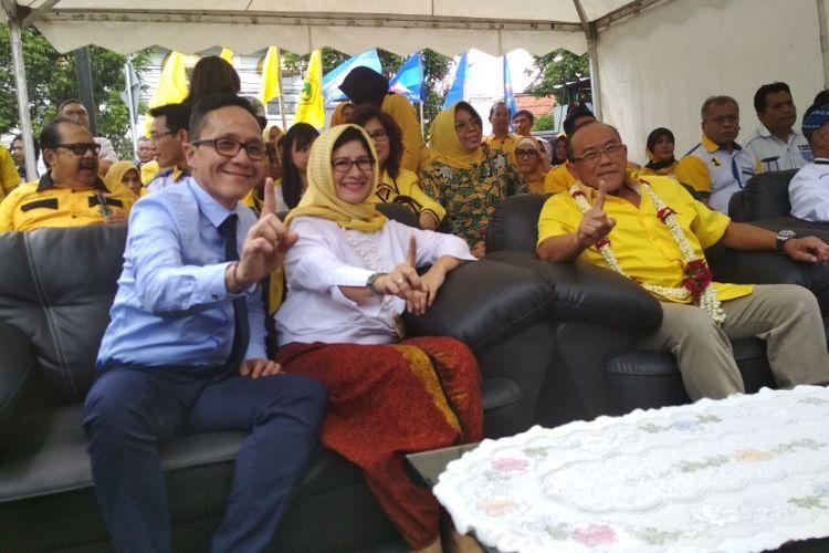Pasangan Calon Wali Kota Bandung dan Wakil Wali Kota Bandung, Nurul Arifin dan Chairul Yaqin Hidayat saat berfoto bersama Ketua Dewan Pembina DPP Partai Golkar Aburizal Bakrie di Posko Pemenangan Nurul-Rully, Jalan Tamblong, Senin (2/4/2018).