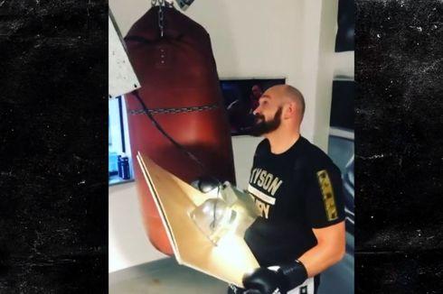 Momen Tyson Fury Meninju Samsak Sampai Atap Roboh