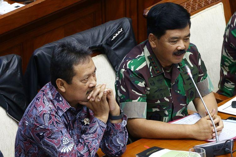 Panglima TNI Marsekal TNI Hadi Tjahjanto (kanan) bersama Wakil Menteri Pertahanan Sakti Wahyu Trenggono (kiri) memberikan paparan saat mengikuti rapat kerja dengan Komisi I DPR di Kompleks Parlemen, Senayan, Jakarta, Kamis (30/1/2020). Rapat tersebut membahas permohonan pendapat tentang pengiriman 1 SST Zeni TNI misi bantuan kemanusiaan ke negara Australia. ANTARA FOTO/Rivan Awal Lingga/pd.