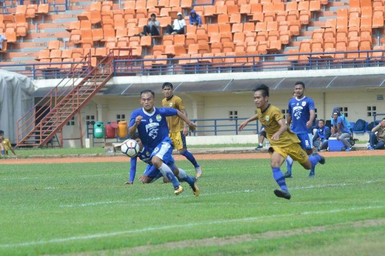 Striker Persib Bandung, Airlangga Sucipto, saat berebut bola dengan pemain Persib U-19 dalam laga uji coba di Stadion Si Jalak Harupat, Kabupaten Bandung, Senin (8/1/2018).