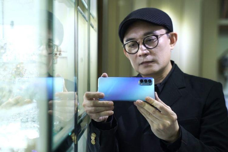 Desainer aksesori couture asal Indonesia Rinaldy Yunardi menggunakan smartphone Oppo Reno4