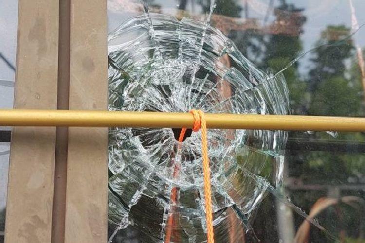 Lubang di kaca rumah Ketua Fraksi Partai Keadilan Sejahtera (PKS) DPR RI Jazuli Juwaini. Lubang itu diduga akibat penembakan pada Selasa (2/5/2017) lalu. Motif penembakan itu sedang didalami polisi.