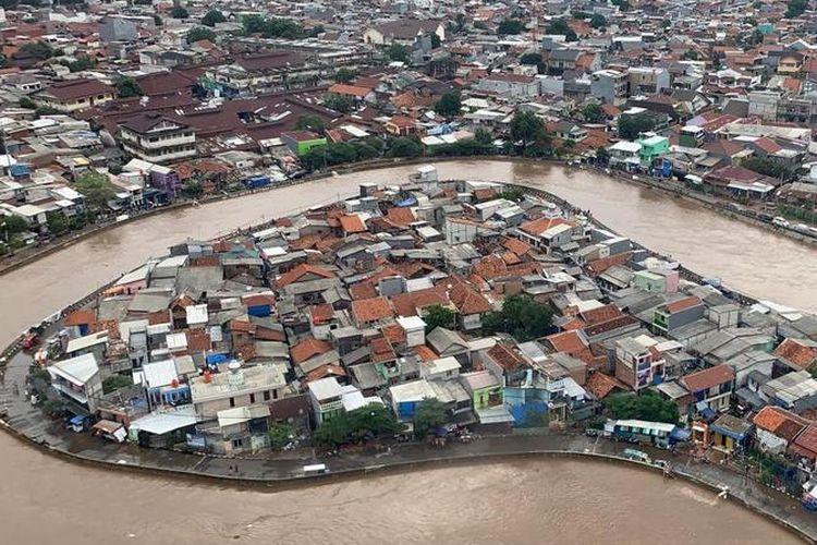 Tampilan banjir Jakarta di kawasan Kampung Melayu, Jakarta Timur, dari helikopter yang mengangkut Kepala BNPB Doni Monardo dan Gubernur DKI Jakarta Anies Baswedan, saat mereka meninjau kondisi banjir terkini pada Rabu (1/1/2020).