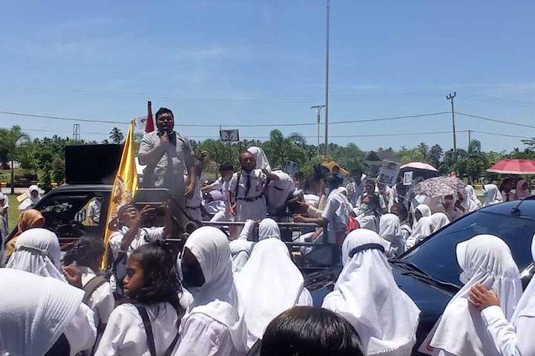 Ratusan siswa salah satu SMP di Buru Selatan Maluku dan para guru menggelar aksi unjuk rasa di Kantor Wilayah Kemantiran Agama dan Kantor DPRD untuk memprotes kasus pernikahan dini yang menimpa seorang siswa sekolah tersebut. Aksi demo itu berlangsung pada Senin (4/10/2021)