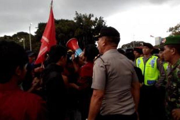 Wakapolsek Menteng Kompol Nababan marah dengan mahasiswa yang ngotot demo di tengah jalan saat Hari Buruh, Jumat (1/5/2015).