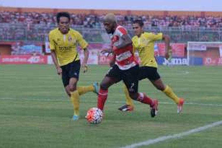 Striker Madura United Engel Berd Sani berusaha mengejar bola dalam pertandingan melawan PS Semen Padang di stadion Gelora Ratu Pamelingan. MU menan tipis 2-1 melawan Semen Padang.
