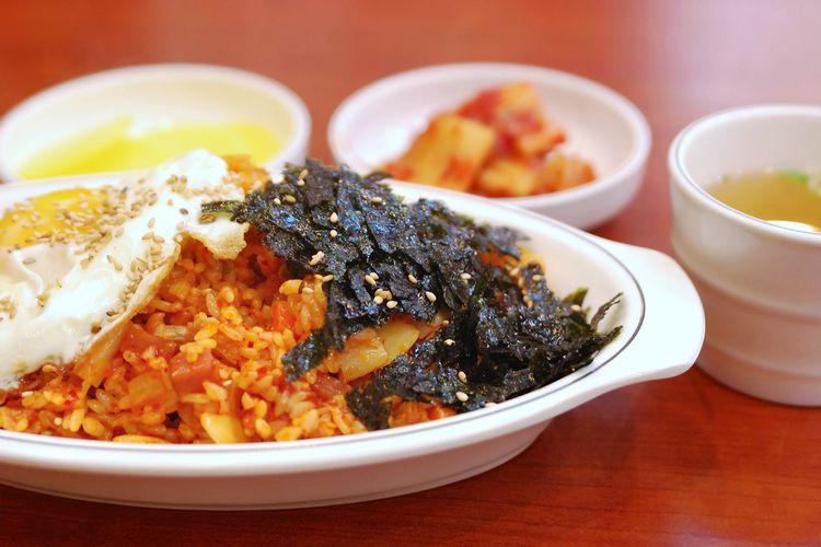Ilustrasi kuliner Korea : nasi goreng kimchi (kimchi bokkeumbap).