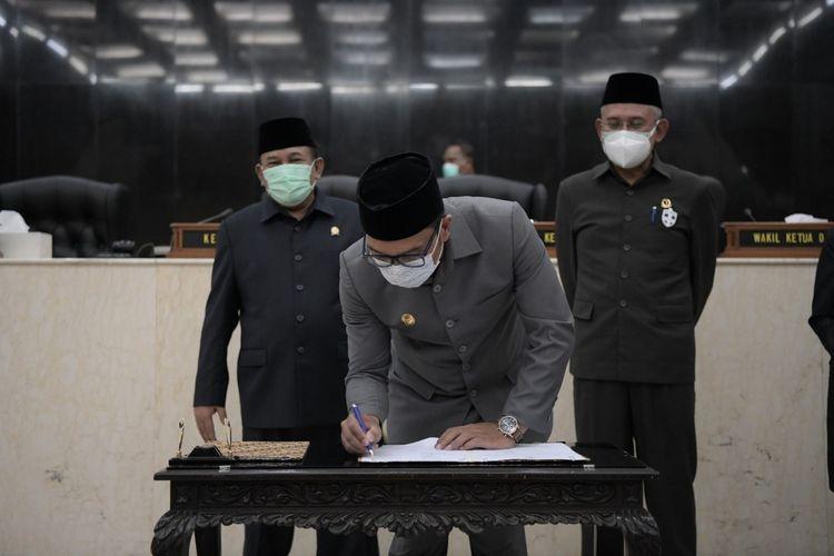 Gubernur Jabar Ridwan Kamil saat menandatangani surat persetujuan bersama antara Pemda Provinsi Jabar dan DPRD Jabar mengenai dua Calon Daerah Persiapan Otonom Baru (CDPOB), yakni Kabupaten Bogor Timur dan Kabupaten Indramayu Barat di Gedung DPRD Jabar, Kota Bandung, Jumat (16/4/2021).