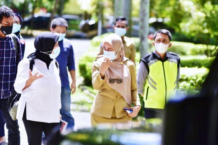 Bupati Luwu Utara, Indah Putri Indriani (kedua dari kanan) berjalan bersama wartawan Majalah Konstruksi Jakarta pada Selasa (9/3/2021)